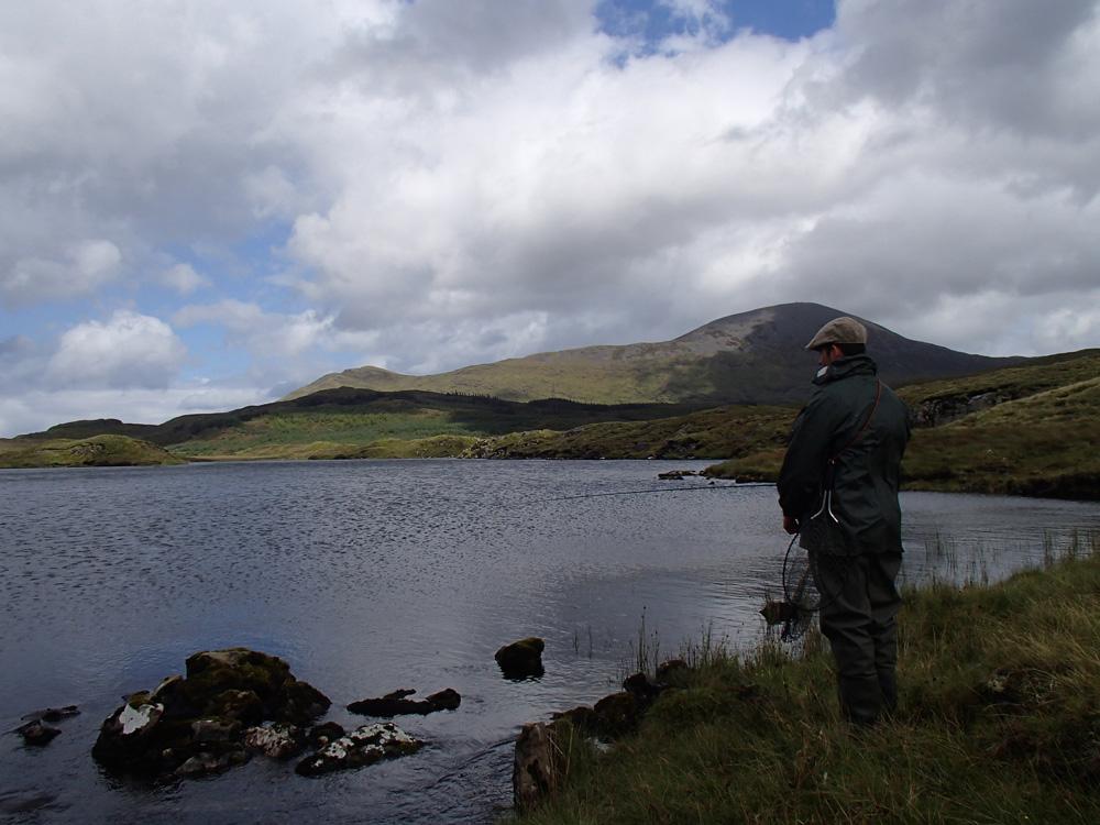 Petit lac de montagne de l'Ouest irlandais
