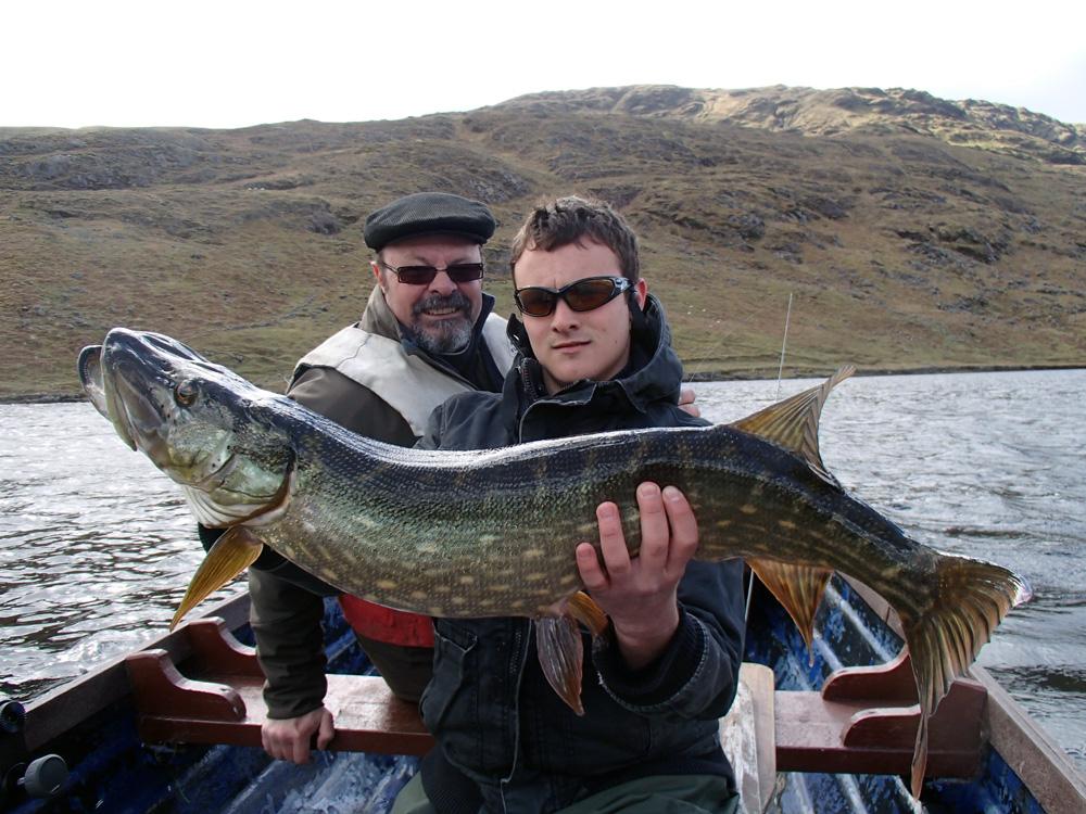 Rémy et Pascal avec le poisson de la journée.