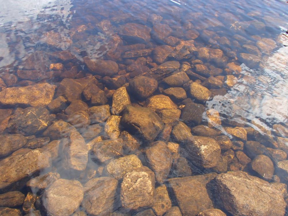 L'eau limpide des lacs de montagnes irlandais.