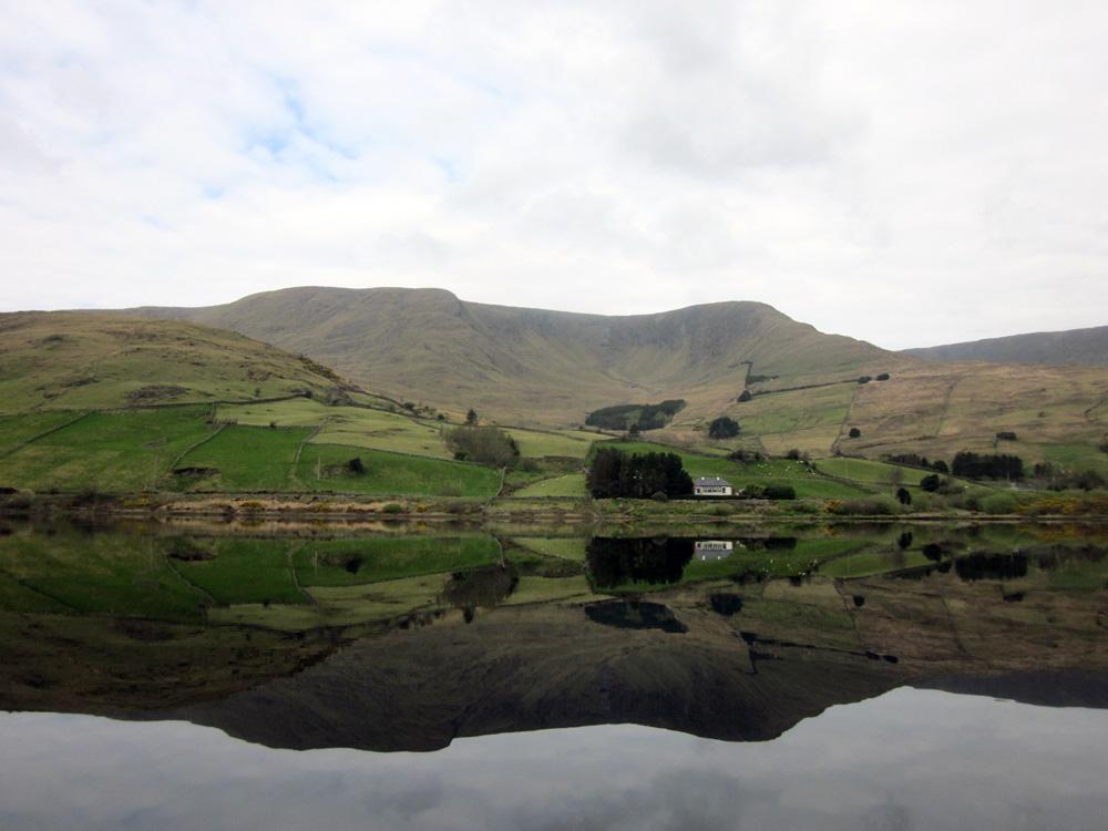 Lac dans le Connemara, entouré de montagnes.