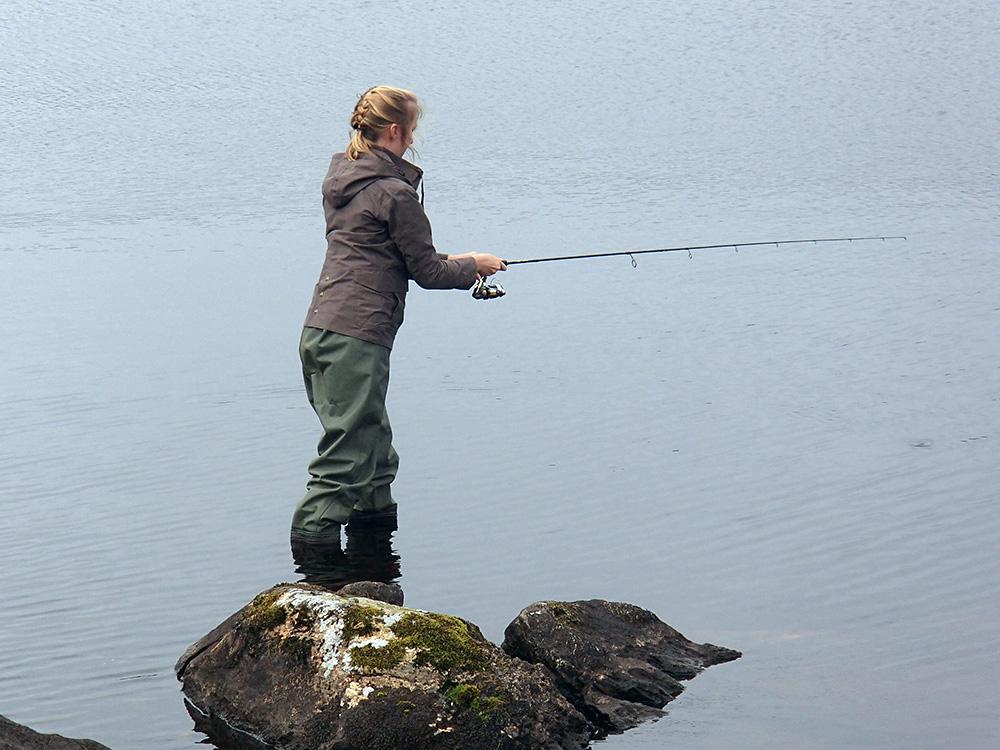 Elise qui pêche à la cuiller...
