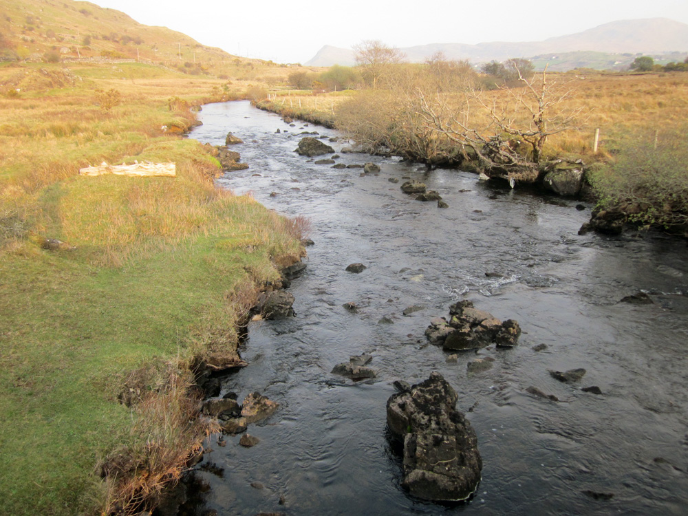 Rivière qui sillonne à travers les montagnes du Connemara.