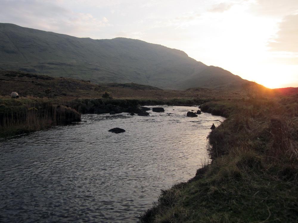 Coucher de soleil sur la rivière, au nord du Connemara.