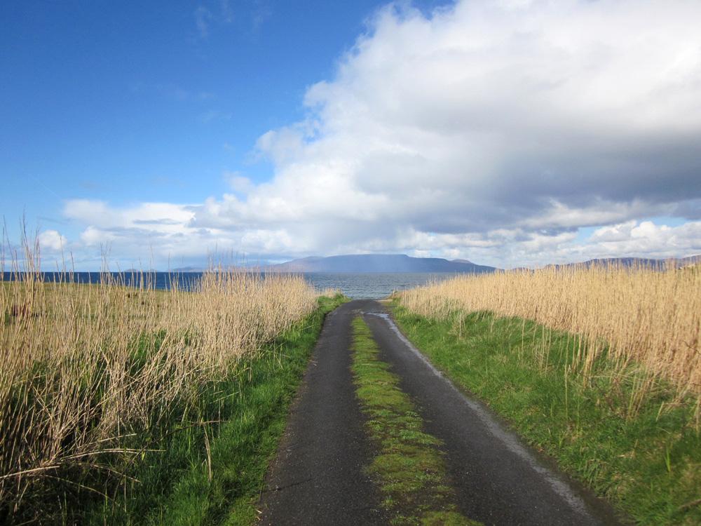 Petite route menant sur la Clew Bay en Irlande.