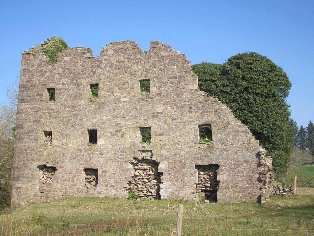 Ancien bâtiment en pierres au bord de la rivière...
